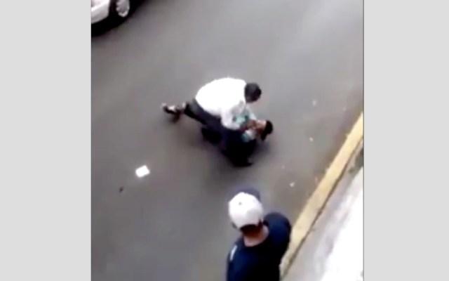 #Video Taxista somete a su presunto asaltante y luego lo apuñalan - Foto de @JerrxG13