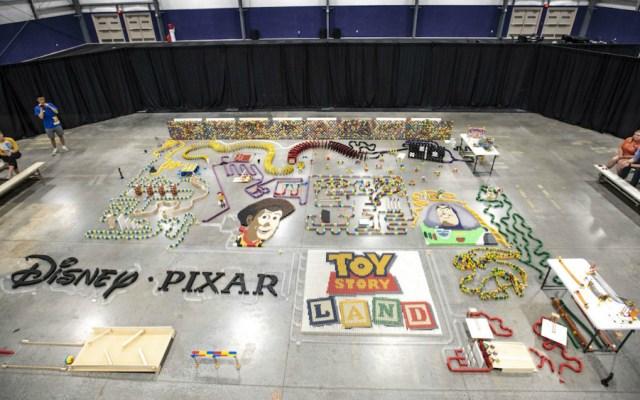Estructura hecha con 32 mil piezas de dominó rinde homenaje a Toy Story - Foto de Disney