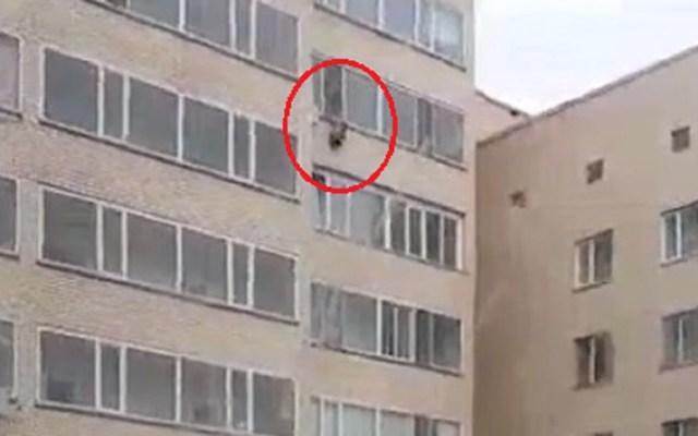 #Video Vecino atrapa a niño que caería de noveno piso - Niño a punto de caer de noveno piso. Captura de pantalla