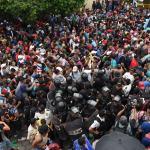 Migrantes hondureños rompen cerco para entrar a México - Foto de AFP