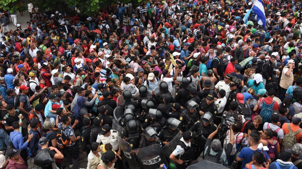 Policía Federal evita ingreso violento a México a migrantes - Foto de AFP