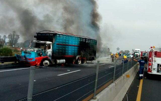 Choque de camiones provoca cierre en el Circuito Exterior Mexiquense - Foto de @htudelock