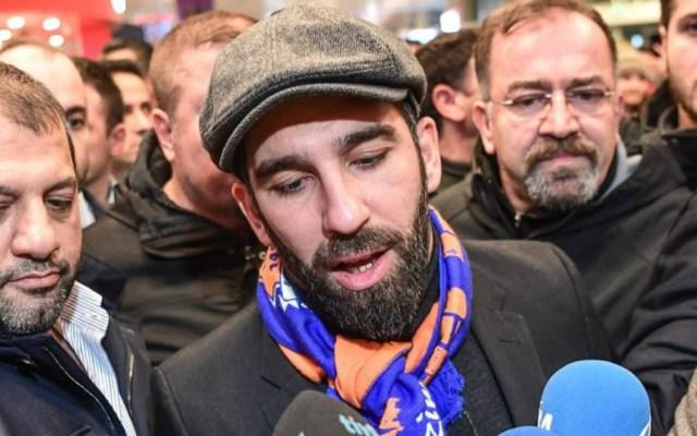 Futbolista Arda Turán le rompe la nariz a cantante turco - Foto de Ole