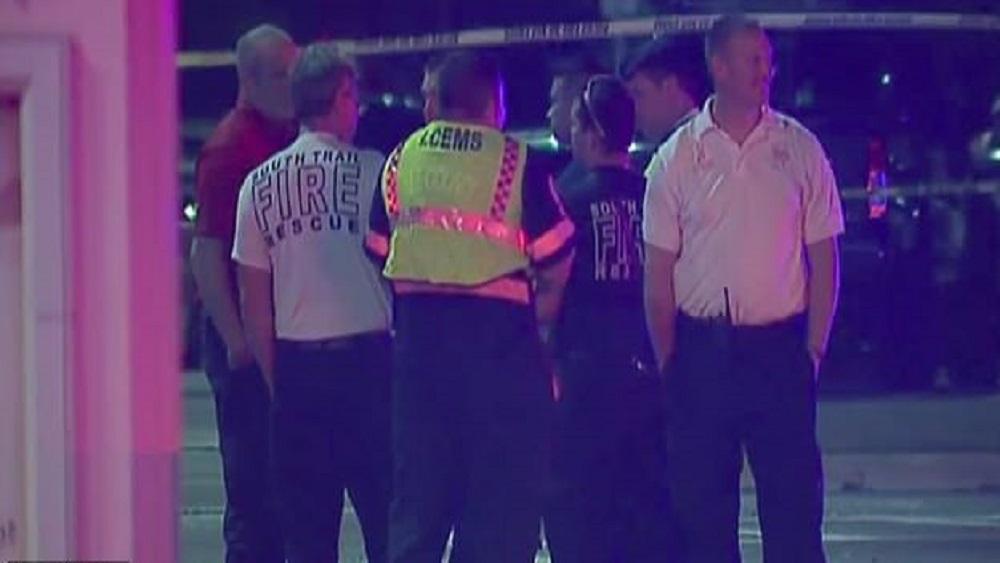Servicios de emergencia en la escena del crimen. Foto de Daily Mail