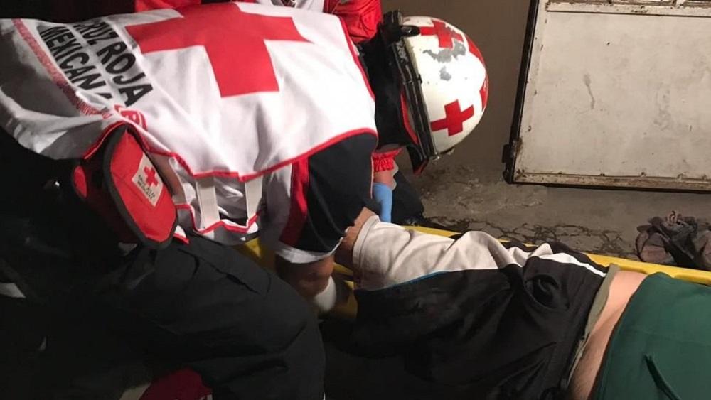 Paramédicos trasladaron a un hospital a hombre herido en balacera en Iztapalapa. Foto de @alertasurbanas