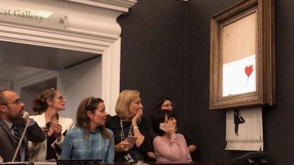 #Video Obra de Banksy se autodestruye tras ser subastada - Arruinan obra de banksy para aumentar su valor
