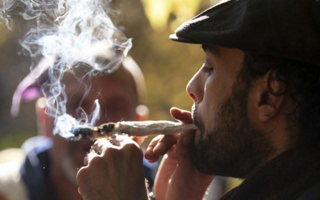 Uso de mariguana con fines recreativos viola tratados internacionales - Hombres fumando mariguana. Foto de AFP