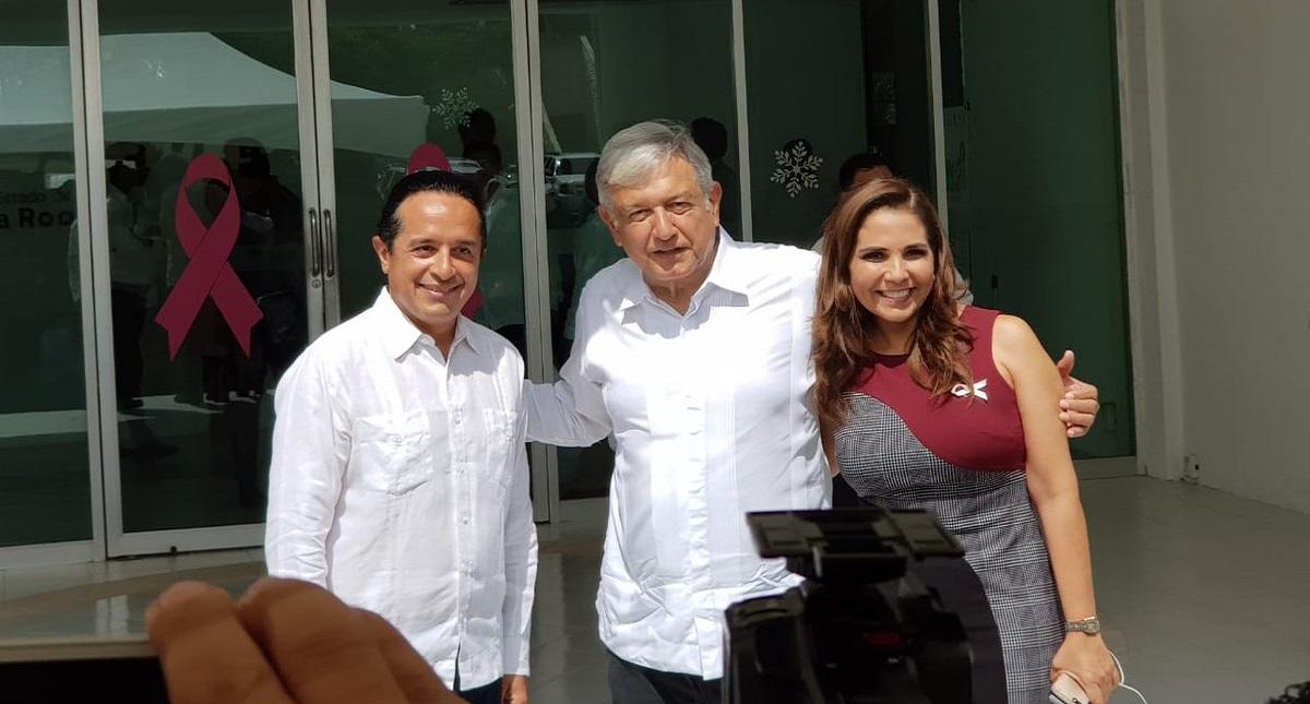 López Obrador con gobernador de Quintana Roo y alcaldesa de Cancún. Foto de @CapitalQR