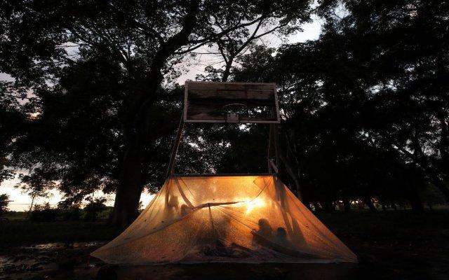 Duerme Caravana Migrante en Huixtla. Hoy continuará recorrido - Entre cartones y plásticos desgastados que hacen las veces de colchones, miles de hondureños exhaustos pasan la madrugada de este martes en Huixtla. Foto de Prensa Libre.
