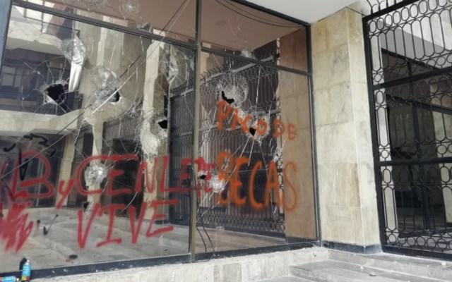 En Chiapas, vandalizan Congreso y trabajadores se van a paro - Foto de @MinutoChiapas