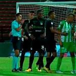 #Video Expulsan a futbolista por golpear a compañero