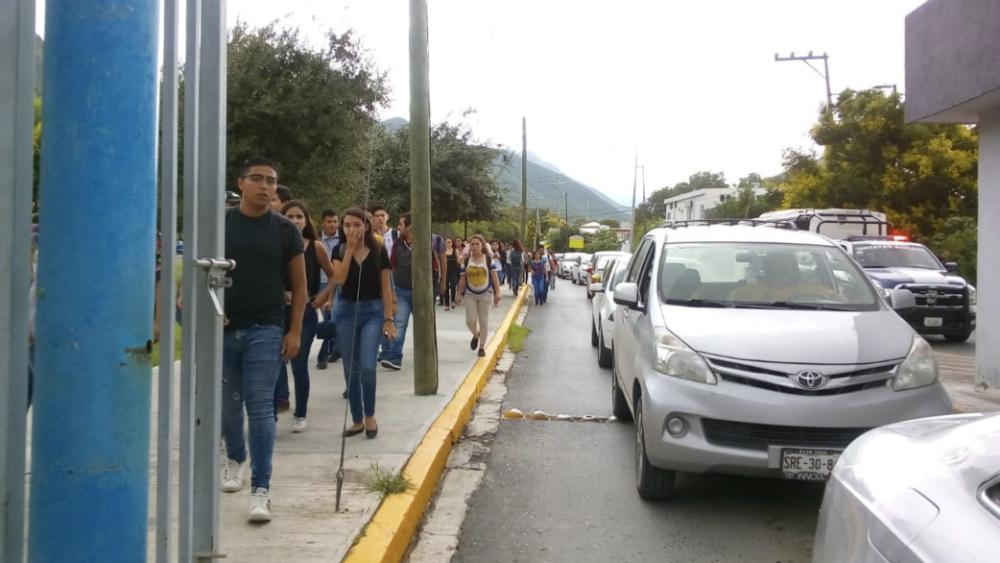 Evacúan facultad de la UANL tras amenaza de bomba - Foto de @victormtzlucio