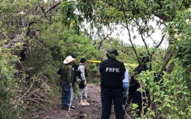 Hallan fosa en Irapuato con cinco cadáveres violentados - Policías, peritos y periodistas en fosa de Irapuato. Foto de @GtoInforma