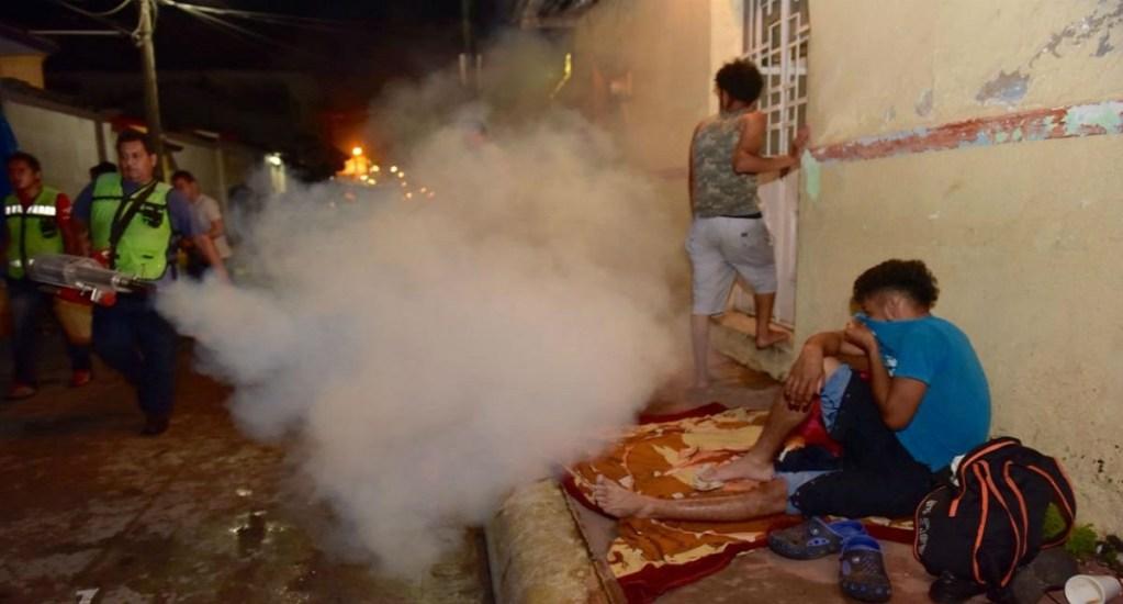 Fumigan a migrantes hondureños en Chiapas - La Secretaría de Salud confirmó que migrantes hondureños recibieron nebulización en Huixtla. Foto de Internet