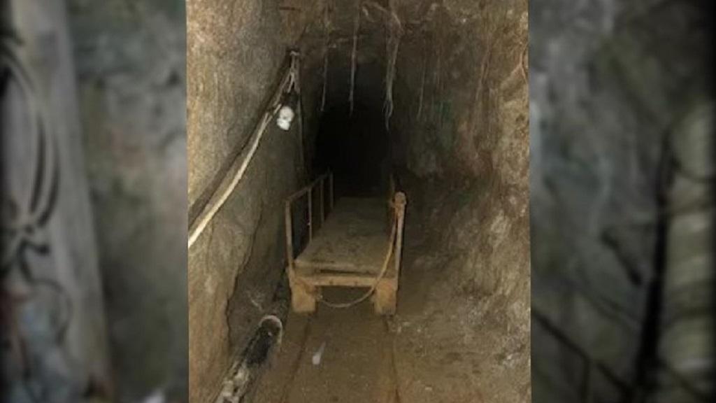 El túnel hallado contaba con rieles para el trasiego de droga. Foto de US Customs and Border Patrol