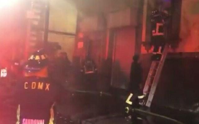 #Video Bomberos sofocan incendio en bodega del Centro Histórico - Foto de @angelito190273
