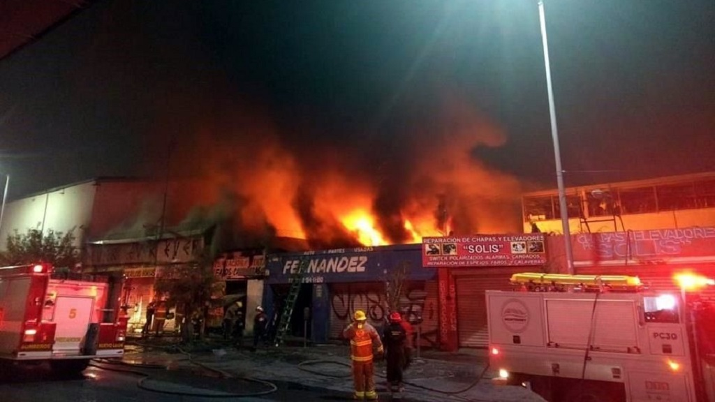 Incendio consume establecimientos de autopartes en Monterrey. Noticias en tiempo real