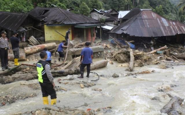 Al menos 11 estudiantes mueren por inundaciones en escuela de Sumatra - Foto de AP