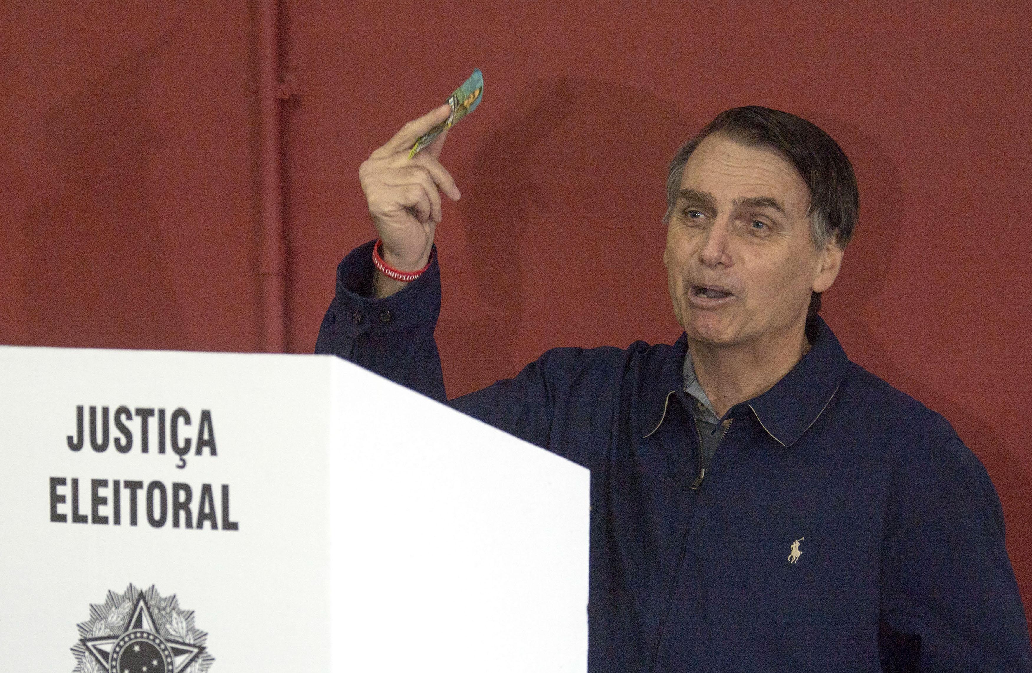 Jair Bolsonaro emitiendo su voto