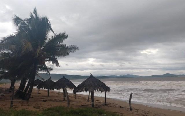 El 31 por ciento de la población mexicana está expuesta a desastres naturales - Playas de Jalisco presentan oleaje elevado por Willa. Foto de @PCJalisco