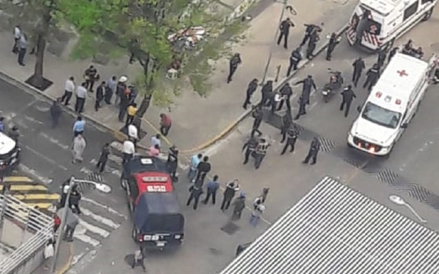 """Nominan """"Policía del Año"""" al oficial que frustró asalto en Polanco - Elementos de la SSP-CDMX arribaron al sitio de la presunta balacera. Foto de @soyunbollofeliz"""