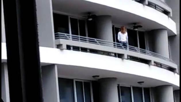 #Video Mujer cae desde piso 27 por intentar tomarse una selfie - Captura de pantalla