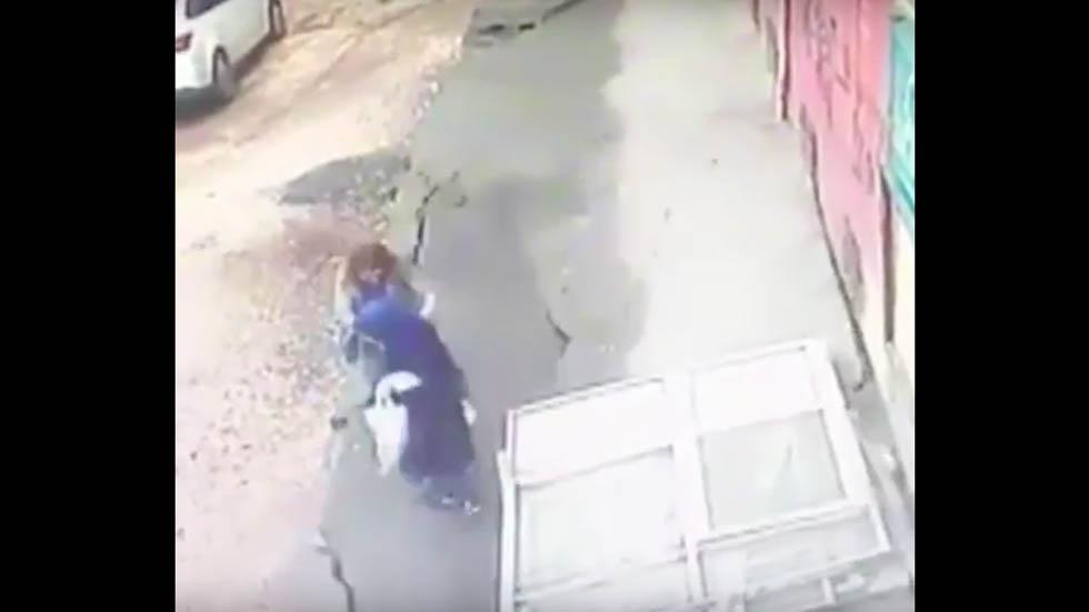 #Video Mujeres caen tras colapso de una acera en Turquía