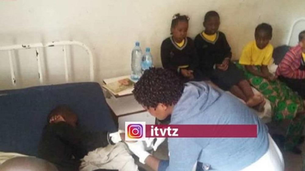 Niños siendo atendidos en hospital por rayo, en Tanzania. Foto de @itvtz