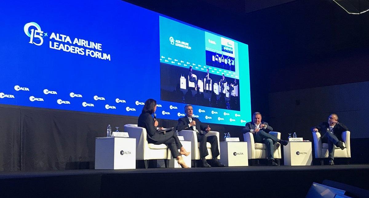 Panel con los CEO de tres aerolíneas internacionales en la reunión de ALTA. Foto de @ALTA_aero