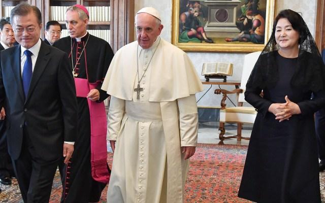 Papa Francisco recibe en el Vaticano a Moon Jae-in - El presidente de Corea del Sur visitó al papa Francisco y le entregó invitación de su homólogo Kim Jong-un. Foto de AFP / Alessandro di Meo