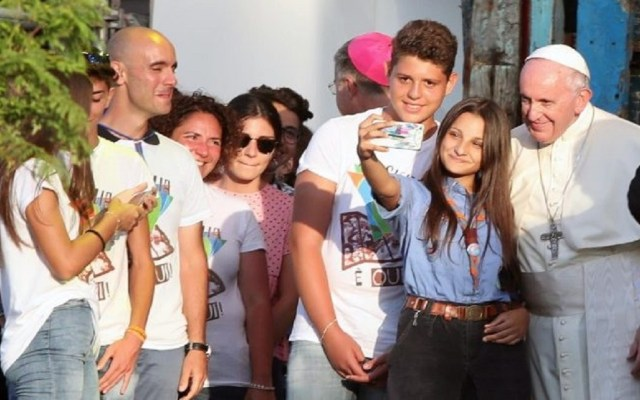 Papa Francisco llama a transformar la iglesia para recuperar a jóvenes - Papa Francisco convive con jóvenes en Palermo, Italia. Foto de ANSA