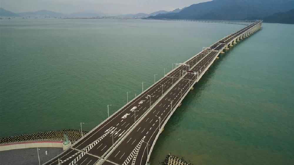 El puente recorre 55 kilómetros de tres ciudades de China. Foto de Xinhua