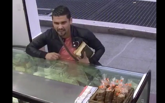 #Video Sujeto asalta una panadería con arma escondida en biblia
