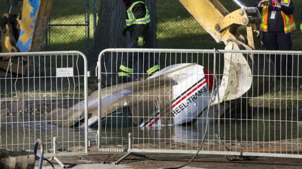 #Video Auto en Canadá se hunde en socavón este martes - Foto de Toronto Star