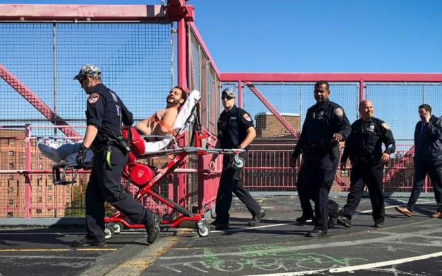 #Video Policías salvan vida de hombre que escaló puente Williamsburg en Nueva York - Foto de New York Post