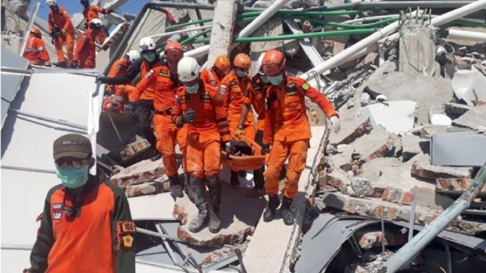 Tropas de ayuda ingresan a zonas más afectadas de Indonesia - Servicios de emergencia laborando en Indonesia tras terremoto de magnitud 7.5. Foto de Internet