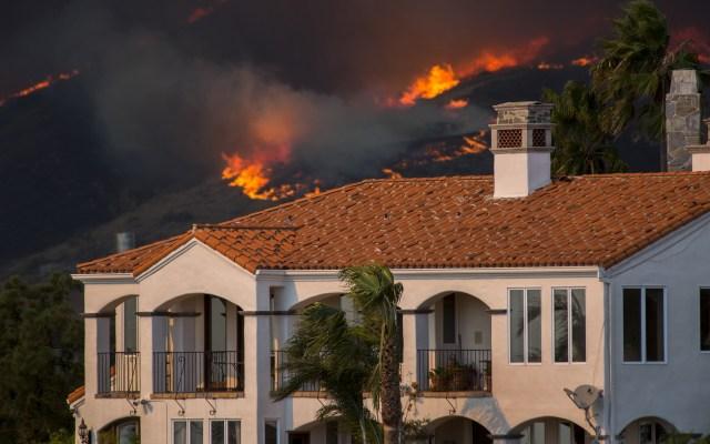 Guillermo del Toro y celebridades evacuados por incendio en California - Foto de AFP