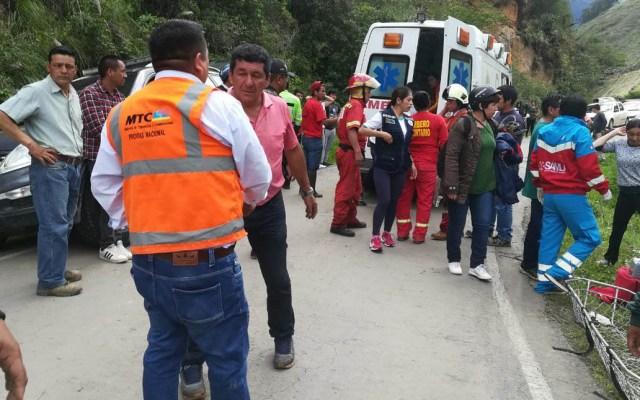 Autobús de futbolistas cae a barranco y mueren siete en Perú - Bomberos y policías acudieron a la carretera para rescatar a las víctimas. Foto de @COENPeru