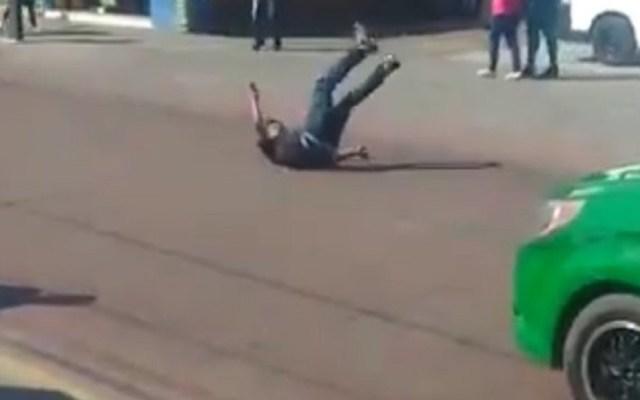 #Video Atropellan a hombre tras intentar asaltar camión - Atropellan a ladrón en San Luis Potosí. Captura de pantalla