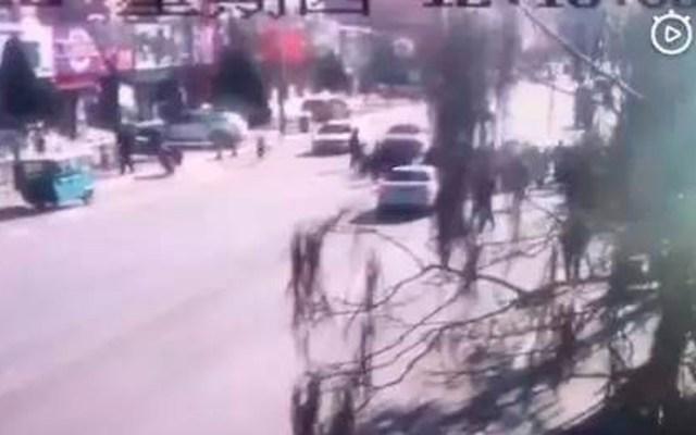 #Video Conductor atropella a grupo de niños en China