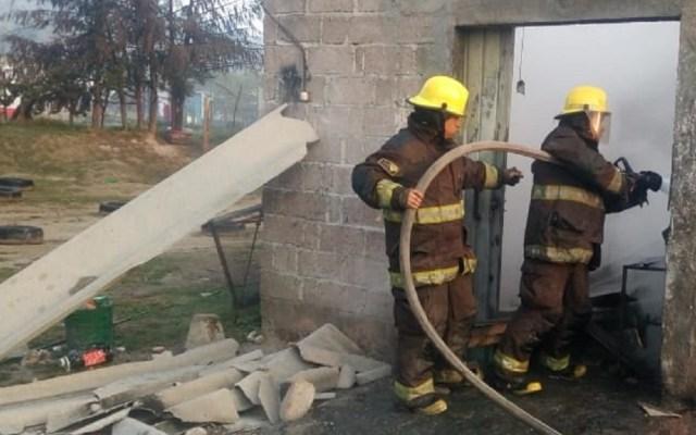 Bomberos atienden explosión de pirotecnia en Tultepec - Bomberos de Tultepec atendiendo explosión de polvorín. Foto de @alertasurbanas
