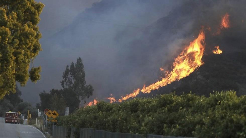 Incendio forestal en California deja al menos dos bomberos heridos - Foto de AP