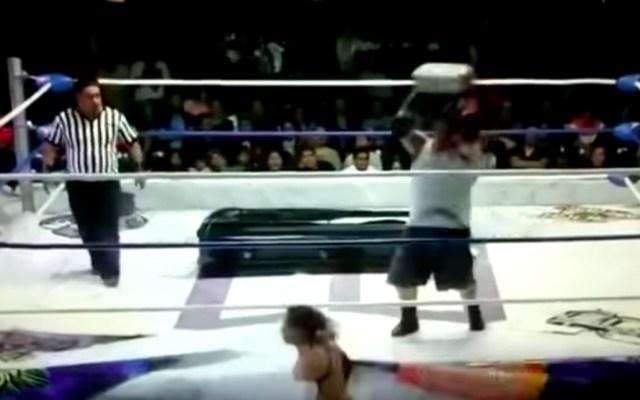 #Video Luchador golpea a rival en la cabeza con tabique - Luchador tabique el cuervo