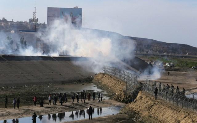 California analiza acciones legales por gas lacrimógeno contra migrantes - Foto de EFE