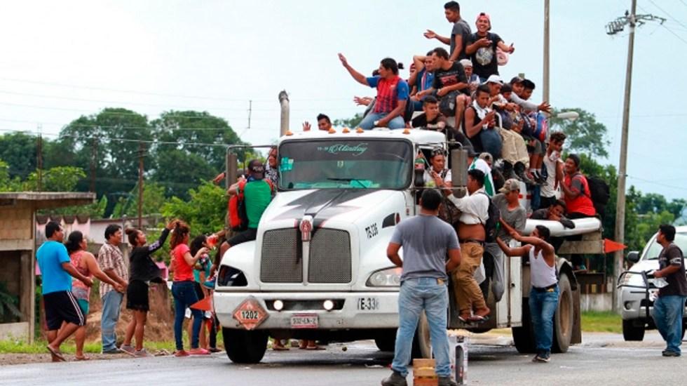 No se usa el lenguaje acusatorio o ríspido con Trump: AMLO - Caravana migrante de centroamericanos a su paso por Sayula. Foto de Notimex