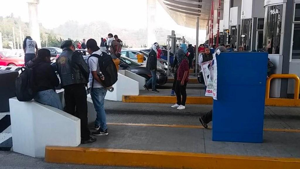 Normalistas 'toman' caseta de la México-Cuernavaca - Foto de Milenio