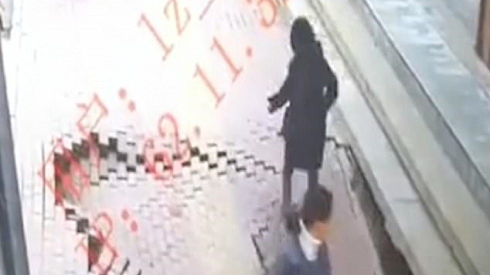 #Video Suelo se traga a mujer en China - Colapsa pavimento y mujer cae en hoyo de tres metros. Captura de pantalla