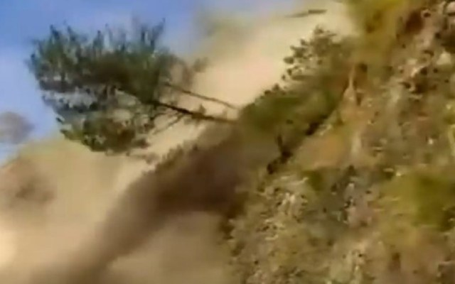 #Video Deslave estuvo a punto de sepultar autobús en Filipinas - Árboles y enormes rocas cayeron de montaña en Filipinas. Captura de pantalla