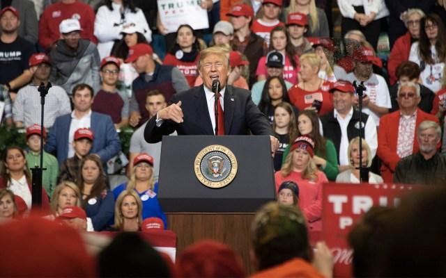 Trump reitera su retórica antimigrante en mitines en Mississippi - Foto de Jim Watson/AFP