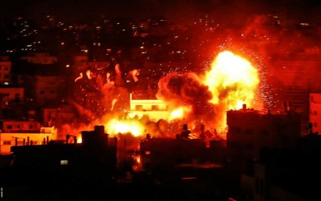 Un nuevo estallido de violencia sacudía este lunes la Franja de Gaza donde el ejército israelí respondió con bombardeos a los disparos de decenas de cohetes palestinos - Foto de AFP
